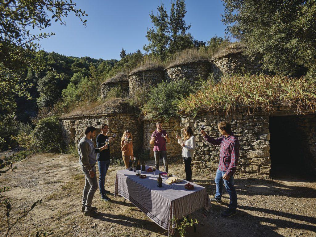 Grup fent un tast de vins a peu de tines de la vall del Flequer / Marc Castellet